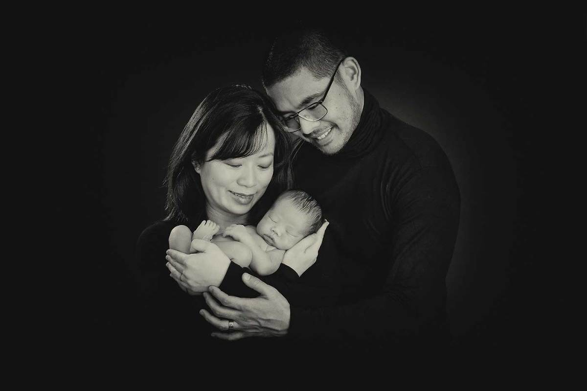 Fine-art-newborn-photography-with-parents-classic-black-and-white-portraiture